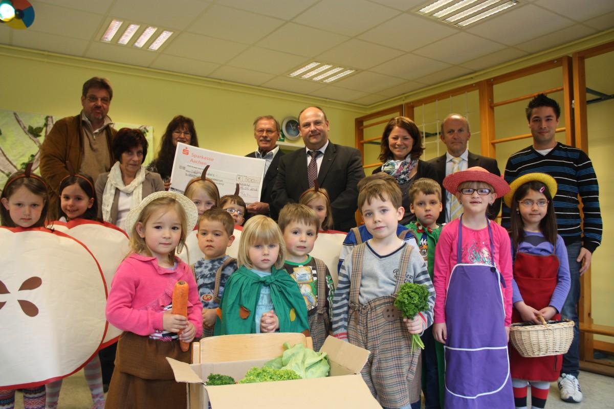 Ein Projekt, das Schule machen sollte: Die Stiftung Jürgen Kutsch finanziert Obst- und Gemüsekisten auch für Alsdorfer Kindergärten. Der Lionsclub Alsdorf geht mit guten Beispiel voran und spendet. Bürgermeister Alfred Sonders dankt.